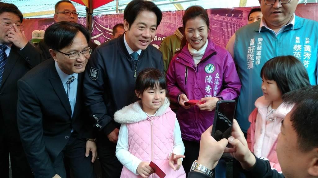 準副總統賴清德到彰化市南瑤宮發送紅包,吸引大排長龍。(吳敏菁攝)