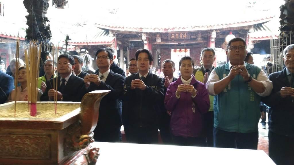 準副總統賴清德到彰化市南瑤宮上香,祈求國泰民安。(吳敏菁攝)