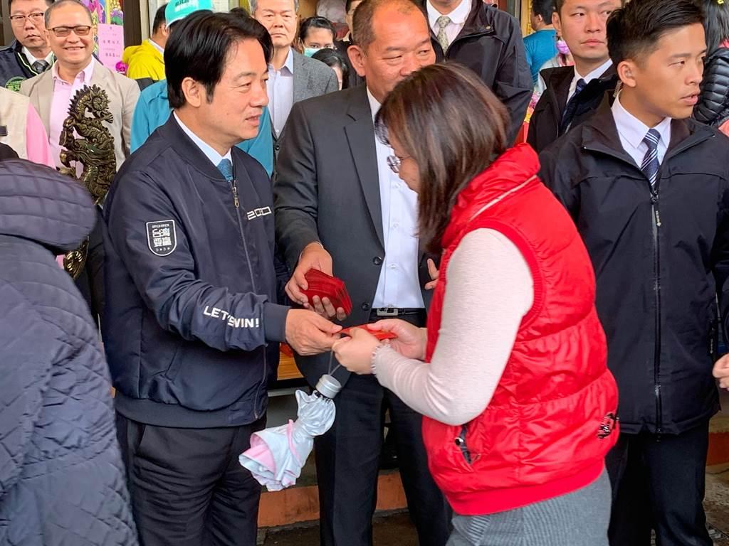 準副總統賴清德下午到台中梧棲浩天宮發送小紅包,吸引許多民眾排隊索取。(林欣儀攝)