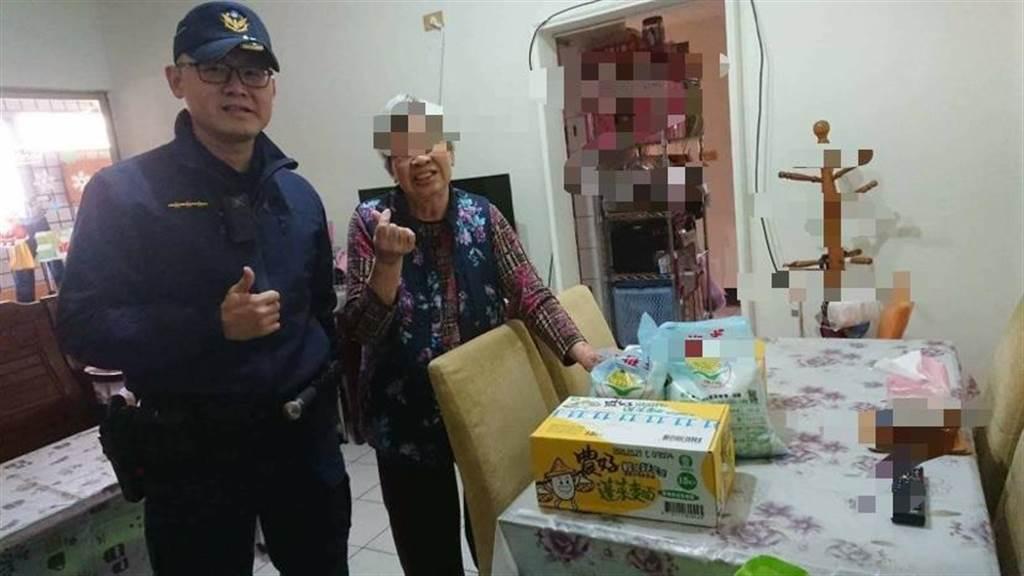 台中市警察局第六分局與和大工業股份有限公司,分送物資給社會弱勢過好年。(翻攝照片/盧金足台中傳真)