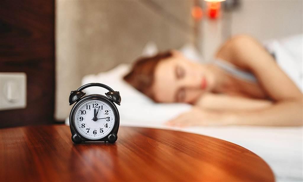 皮膚科醫師說,晚上11點~3點一定要上床睡覺,因為這是生長荷爾蒙分泌最旺盛的時段。(圖片來源:pixabay)