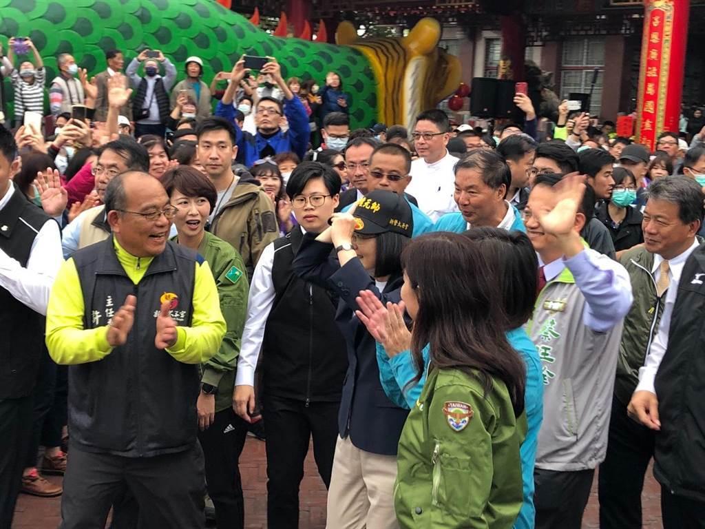 蔡英文總統到台南市新營太子宮參拜並發送福袋,主委許清標代表廟方送一頂帽子給她,她馬上戴起來。(許素惠攝)