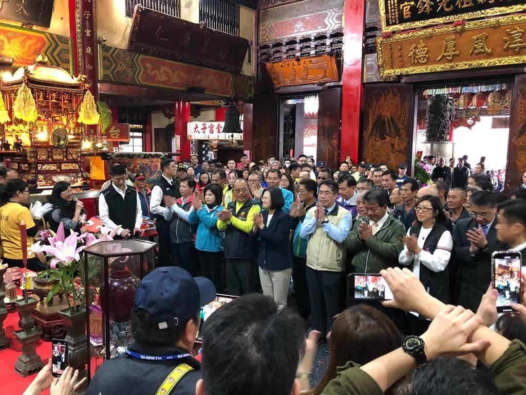 蔡英文總統到台南市新營太子宮參拜,大殿湧入人潮。(許素惠攝)