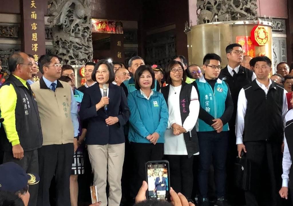 蔡英文總統(前左三)到台南市新營太子宮參拜,並發送福袋,感謝台南鄉親支持,讓台南得票率全台灣最高。(許素惠攝)