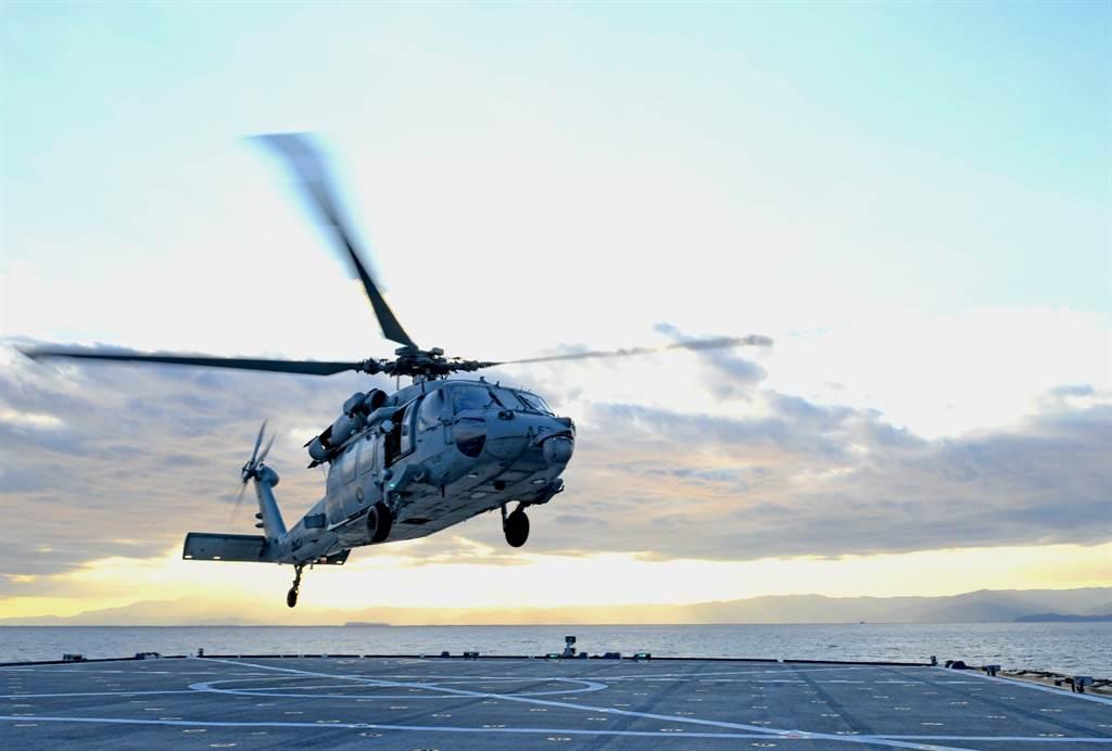 美軍MH-60騎士鷹直升機,2002年才問世,屬黑鷹直升機家族很新的成員。(圖/美國海軍)