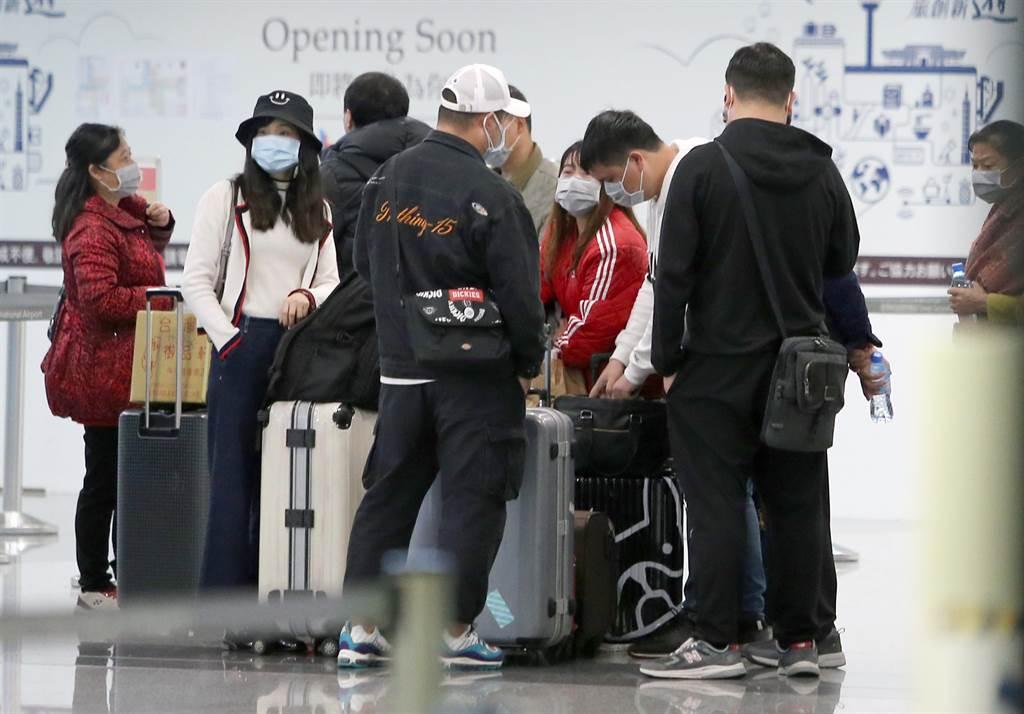 繼25日中午武漢旅行團提前結束行程搭機離台後,26日上午有超過2團的湖北團旅客,趕搭上午飛往哈爾濱的班機離境,下午另有1個湖北團13名旅客到桃園機場,由於春節期間機位有限,13人分別搭乘下午或晚間飛往香港、上海、長沙等3地的航班離境。(陳麒全攝)