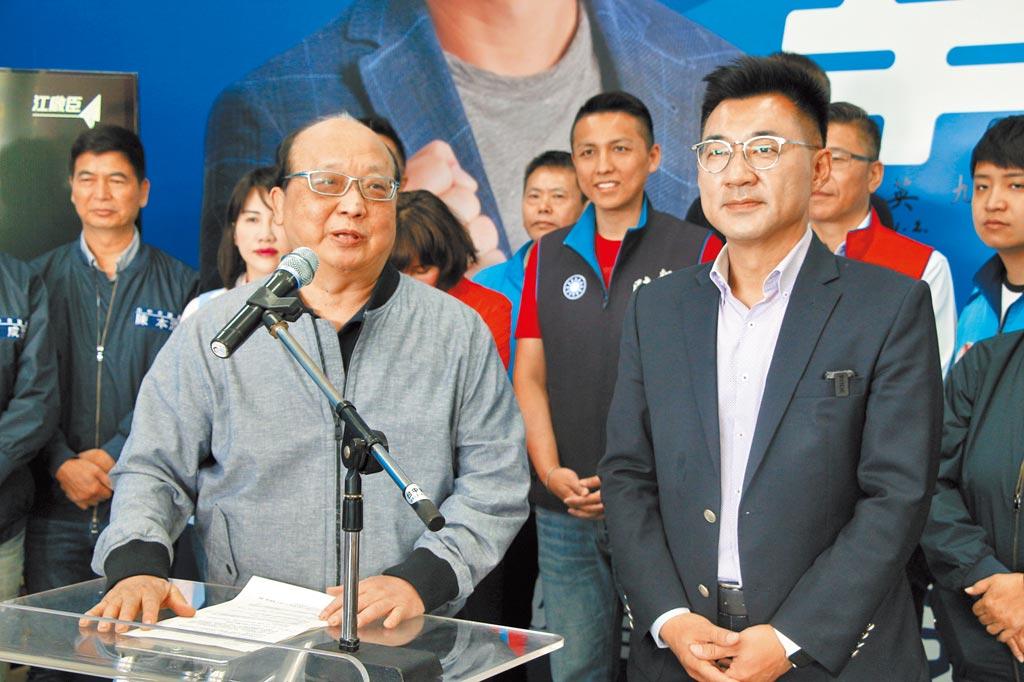 國民黨台中市立委江啟臣(右)大年初一宣布將角逐中國國民黨主席的補選,旺旺集團副董事長胡志強(左)出面力挺。(馮惠宜攝)