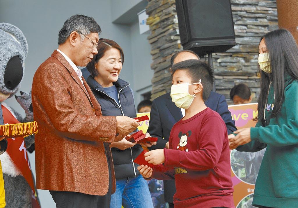 台北市長柯文哲(後排左一)大年初一出席無尾熊2020賀新年暨關懷澳洲森林大火愛心活動,與副市長黃珊珊(左二)向市民拜年,發紅包及賀卡,不少民眾都戴上了口罩。(張鎧乙攝)