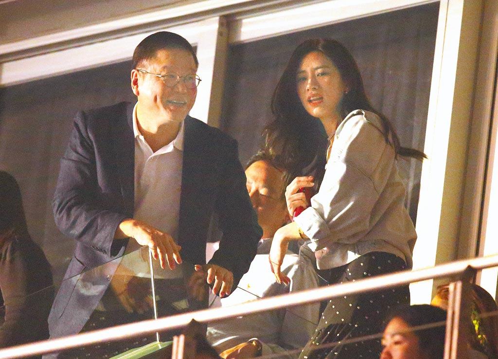 周興哲去年在台北小巨蛋開唱,女友趙岱新(右)力挺,席間父親與趙打招呼。(資料照片)