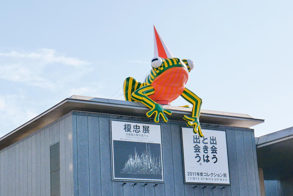 原先坐落於兵庫縣立美術館屋頂的《神戶蛙》有著希望眾人能在參觀美術館後,帶著美感的回憶歸去的含意存在。