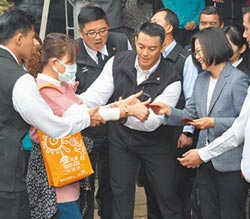 蔡總統發福袋 不握手不拍照