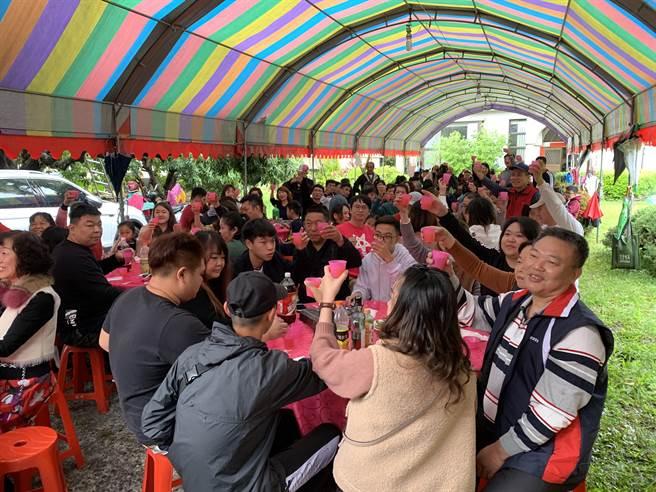 台中太平張家娘家宴舉辦20多年,場面熱鬧。(林欣儀攝)