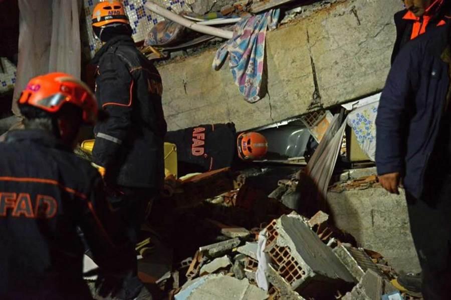 土耳其東部艾拉齊省(Elazig)24日發生規模6.8強震,許多建物嚴重倒塌。(圖/美聯社)