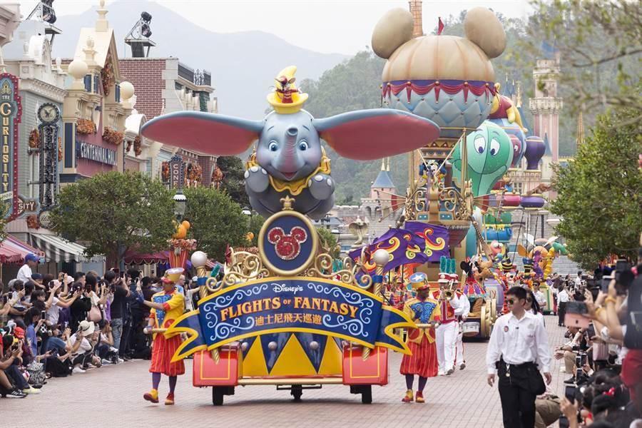 在香港迪士尼「飛天巡遊」的活動中,遊客可以看到迪士尼經典人物與表演活動。(陳麒全攝)
