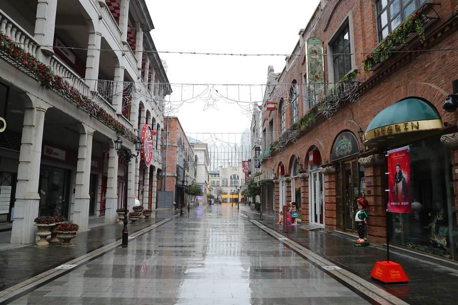 武漢因疫情擴大封城,武昌楚河漢街上1月25日空無一人。(中新社)