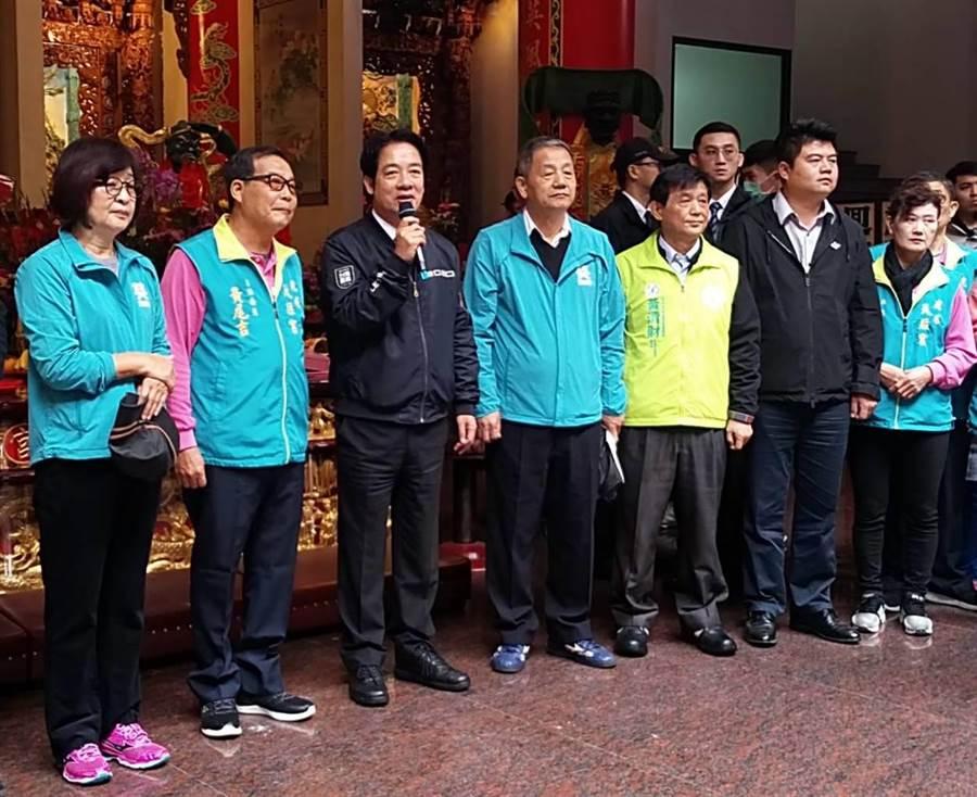 副總統當選人賴清德(左三)由立委蘇治芬(左一)、雲林虎尾天后宮(左二)等陪同,感謝大家支持英德配贏得大選。(許素惠攝)