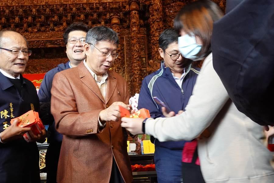 台北市長柯文哲26日前往關渡宮發送10元紅包。(姚志平攝)