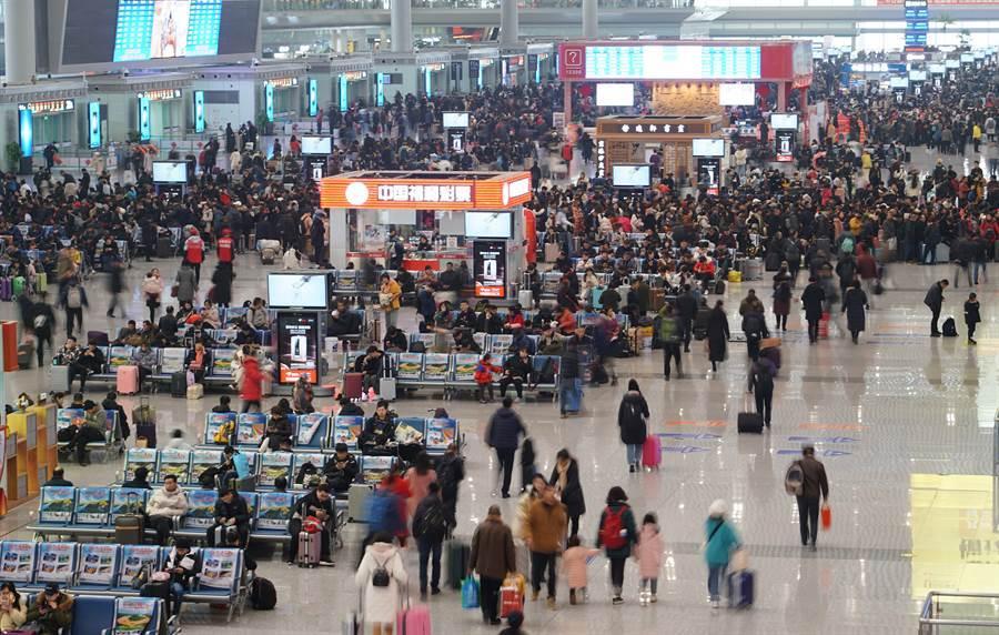 2020年春運。圖中是陝西省西安北站候車大廳。(圖/新華社)
