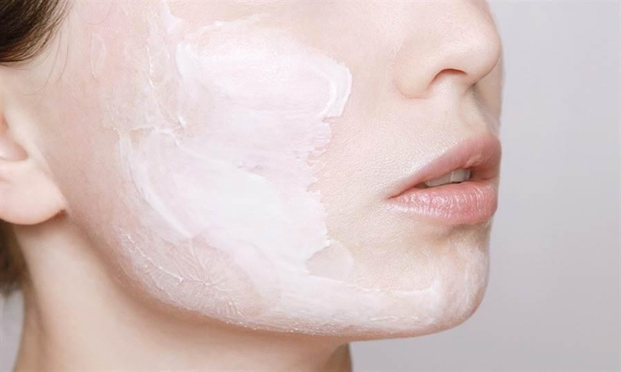 睡覺時體溫上升會流失水分,可以依皮膚適合的劑型,擦高保濕成分的保養品。(圖片來源:pixabay)