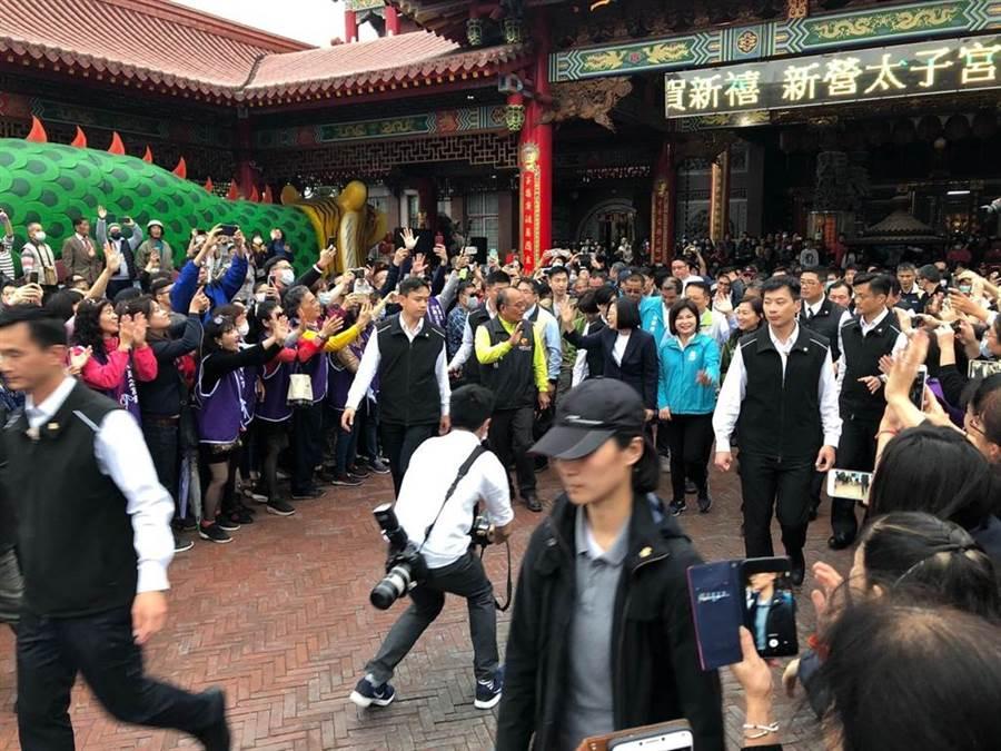 蔡英文總統到台南市新營太子宮參拜,並發送福袋,受熱烈歡迎。(許素惠攝)