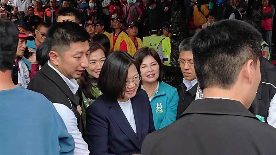 蔡英文總統到台南市新營太子宮參拜,並發送福袋。(許素惠攝)