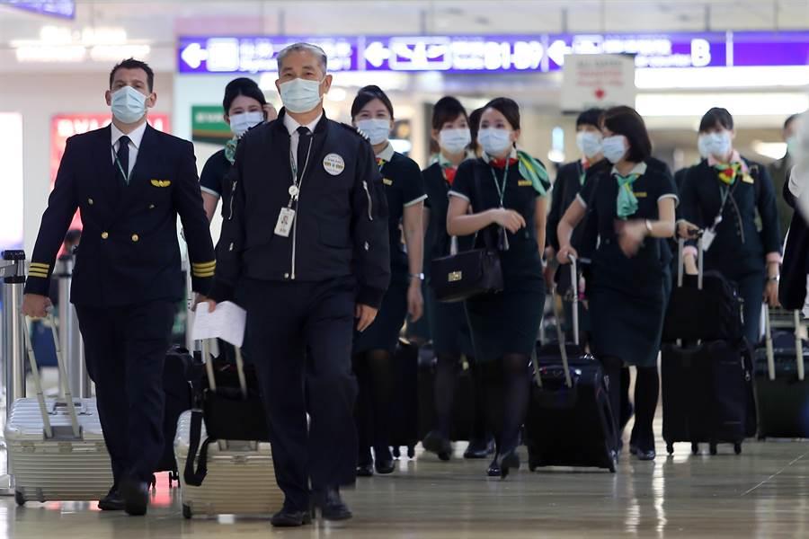 受到大陸武漢市的2019新型冠狀病毒疫情影響,仍在第一線服務旅客的機組人員也都戴上了口罩防疫。(陳麒全攝)