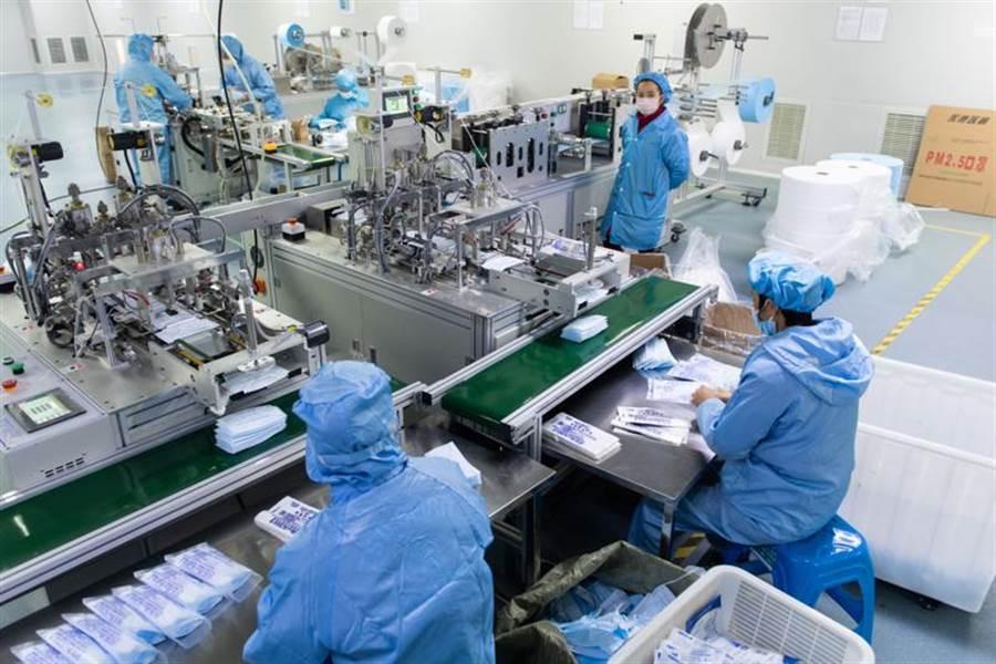 武漢肺炎疫情風暴造成口罩需求量大增,圖為湖南竹醫療器械有限公司員工在趕製口罩。(資料照片/新華社)