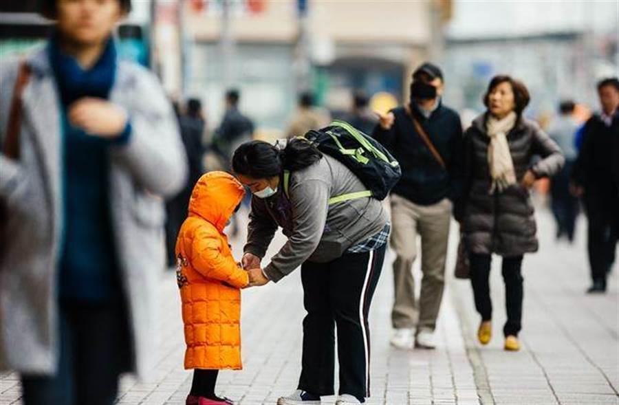 大陸強烈冷氣團南下,氣象局表示恐達寒流等級,台灣颱風論壇也指出,在周六(2月1日)前,一天比一天冷,且溫度極低,需要做好抗寒準備 (圖/本報資料照)