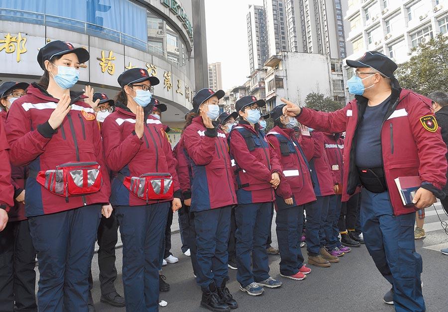 四川省第一批援助湖北的138名醫療隊員出發奔赴武漢。(新華社)