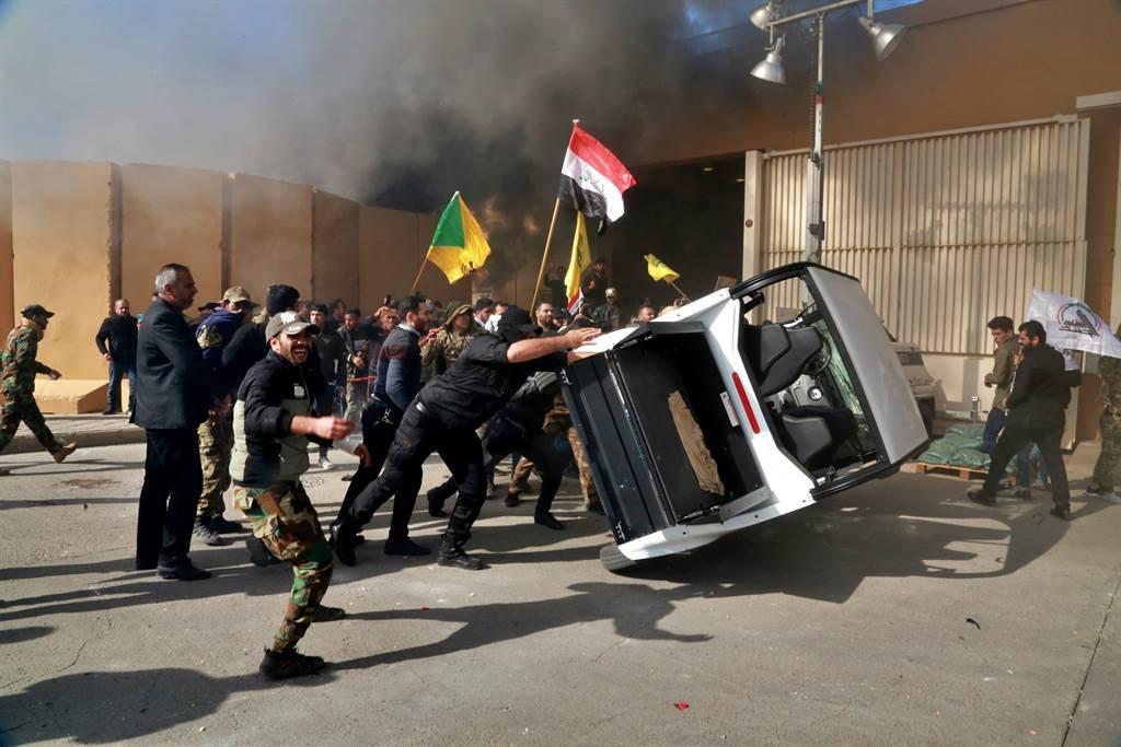 伊拉克抗議者2019年12月31日闖入美國駐巴格達使館破壞的資料照。(美聯社)