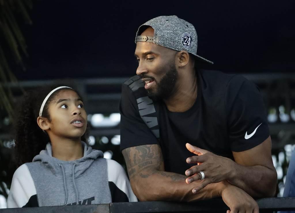 布萊恩最近經常帶著二女兒吉安娜一起前往NBA現場觀戰。(美聯社)