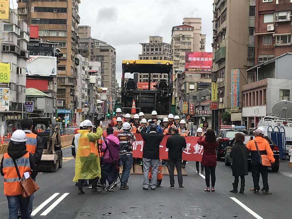 北市重慶南路高架橋提前7小時通常,工作人員也在通車前在現場拍照留念。(陳俊雄攝)
