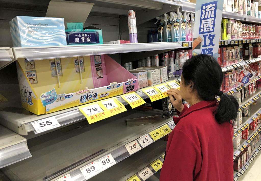 ,不少民眾27日大年初三一早前往賣場購買醫療級口罩,但架上空空如也,消費者衹能望架興嘆。(姚志平攝)