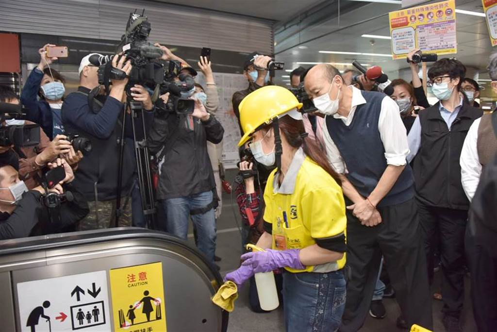 武漢肺炎蔓延,高雄市長韓國瑜不敢輕忽,大年初三上午特地到美麗島捷運站巡視防疫狀況。(林雅惠攝)