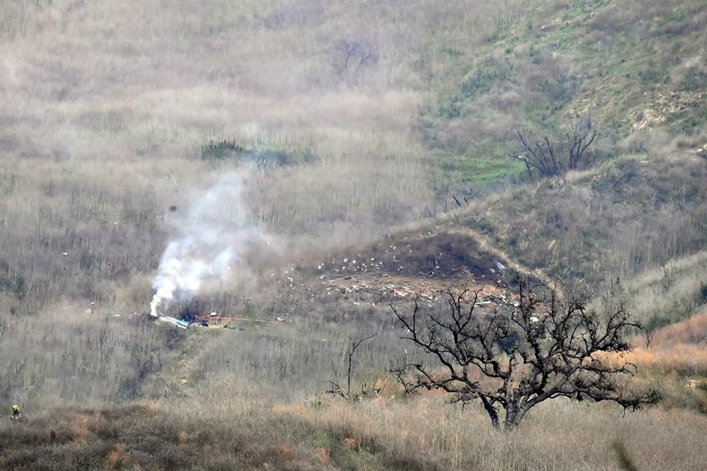 直升機墜機引起火勢,濃煙直竄。(圖/TPG、達志影像)