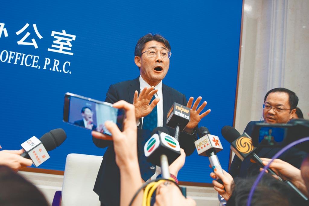 截至26日上午,大陸武漢肺炎確診病例總計增為2063起,死亡病例增至56宗,上海及河南分別出現首宗死亡個案,僅餘西藏未「淪陷」。圖為中國疾病預防控制中心主任高福在國務院新聞辦公室在北京的情況介紹後向媒體發表講話。(路透)