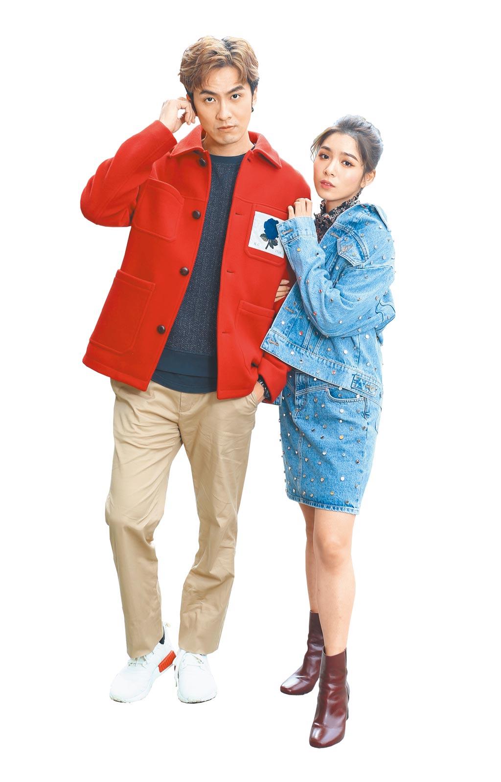 張雁名(左)、劉倩妏示範新年穿搭,劉倩妏首度嘗試牛仔鉚釘風格。(粘耿豪攝)