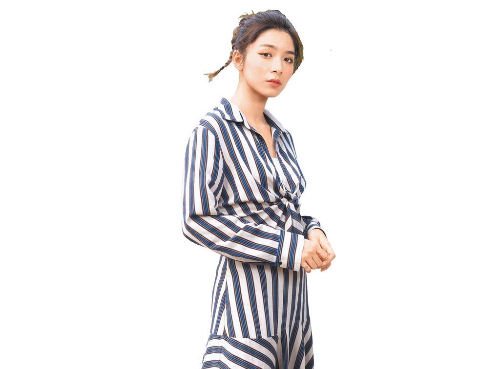 劉倩妏私下穿搭走文青風,這套條紋長洋裝很對她的品味。(粘耿豪攝)