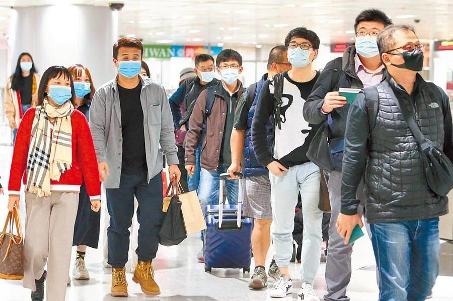 2019新型冠狀病毒疫情擴散,桃園機場入境旅客幾乎都戴上口罩。(資料照/陳麒全攝)