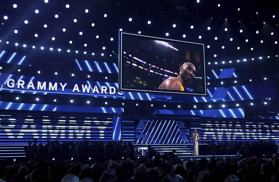 葛萊美頒獎典禮緊急追加悼念橋段,一開場便哀痛宣告「這世界失去英雄」。(美聯社)
