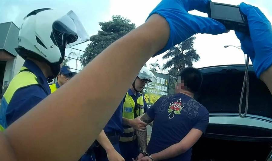 警方擔服巡邏勤務時,發現1輛自小客車違規停車於巷口紅線違停,遂向前盤查!(警方提供/陳世宗台中傳真)