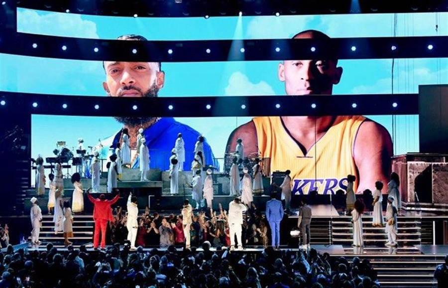 葛萊美獎典禮會場內大螢幕播放柯比的照片。(取自官方推特)