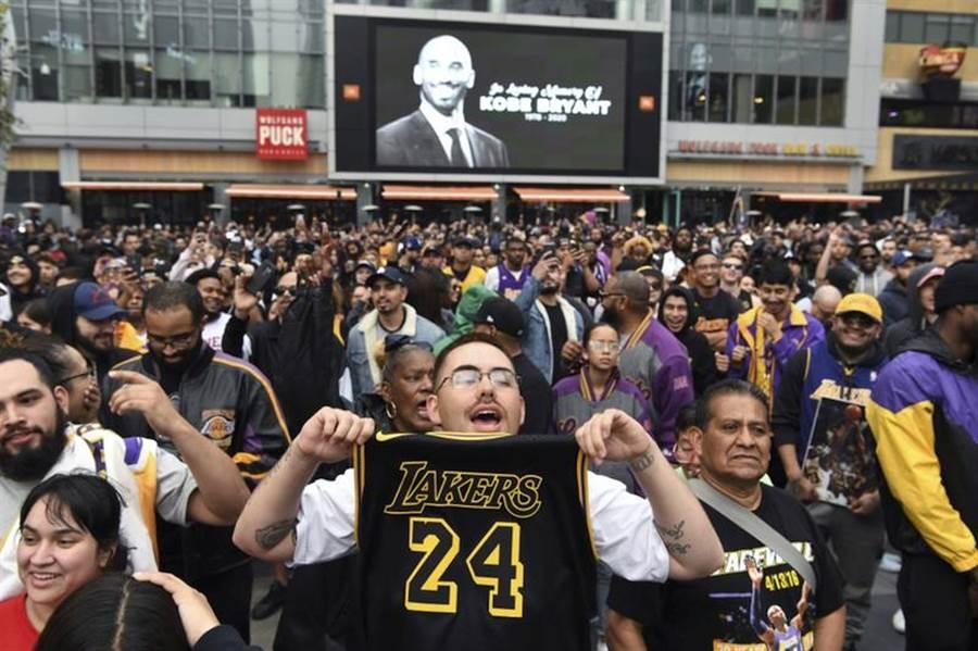 湖人球迷聚集在主場史坦普中心哀悼布萊恩。(美聯社)
