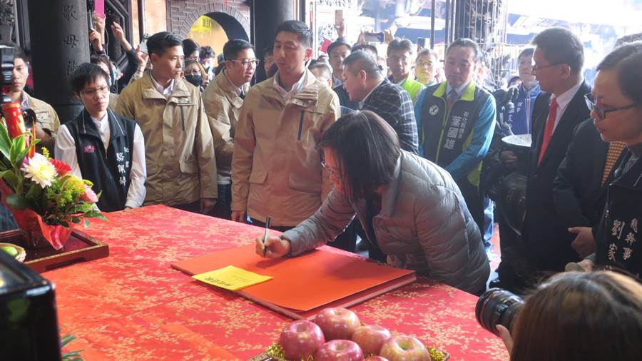 蔡英文總統(中)至鹿港天后宮參香發福袋,應邀在廟方的簽名集上署名留念。(謝瓊雲攝)
