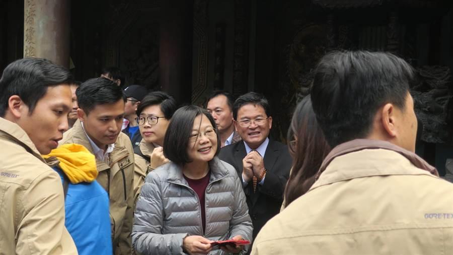 蔡英文總統(中)至鹿港天后宮參香發福袋,大批熱情民眾耐心排隊等候、踴躍領取。(謝瓊雲攝)