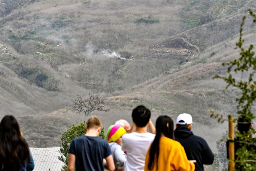 美國NBA傳奇球星布萊恩26日墜機身亡地點湧入許多民眾圍觀。(圖/TPG、達志影像)