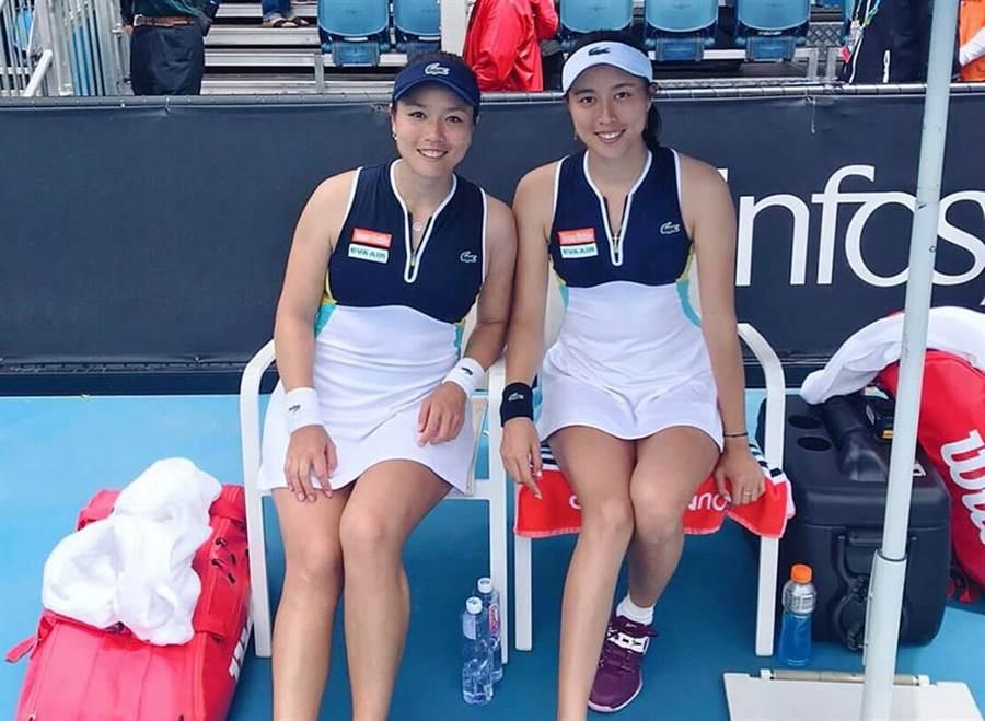 詹詠然(左)、詹皓晴順利闖進澳網女雙8強。(取自詹詠然官方臉書)
