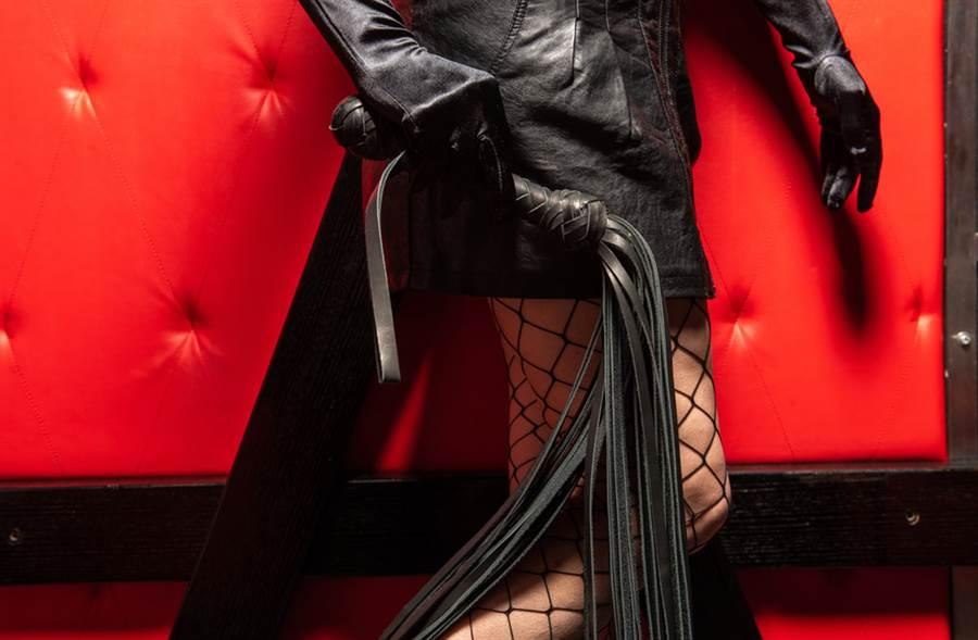 英國一名性治療師,透過用皮鞭抽打身體的方式,治療性成癮患者,時薪高達近萬元台幣。(示意圖,達志影像/shutterstock提供)
