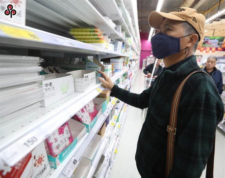 近期因為武漢肺炎,民眾紛紛到賣場裡採購口罩。(資料照,陳怡誠攝)