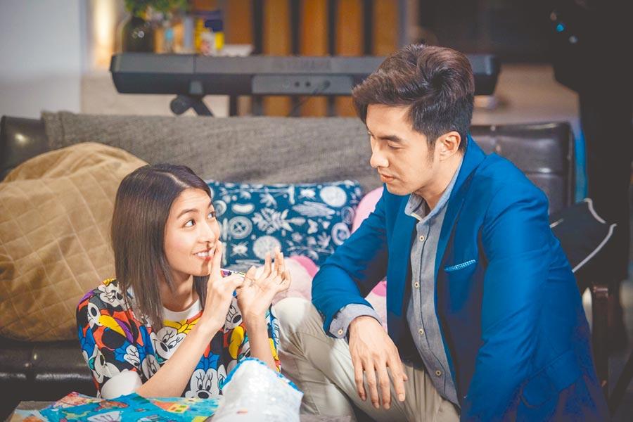 張雁名(右)、劉倩妏在《烏陰天的好日子》飾演兄妹而成為好朋友。(客家電視台提供)